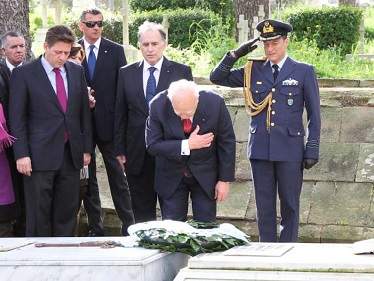 """H.E The President of the Hellenic Republic Mr. Karolos Papoulias paying his respects to the tombs of the οfficers of the Submarine """"Glafkos"""", who lost their lives in Malta in 1942"""